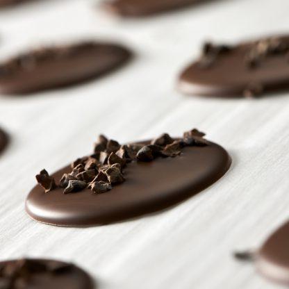 Palets chocolat noir et lait aux pépites de grué de cacao